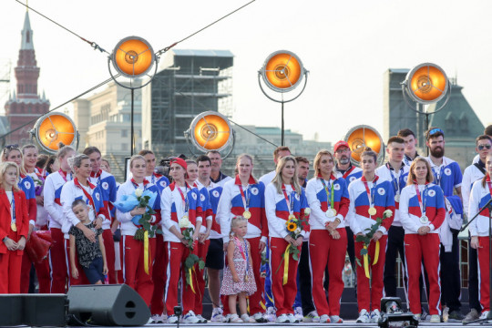 Rusia arak para peraih medali Olimpiade Tokyo di Lapangan Merah