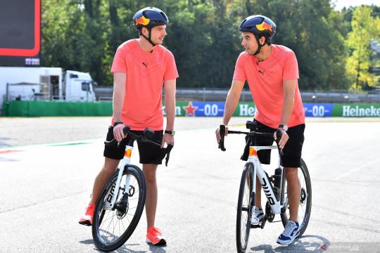 Max Verstappen  bersepeda di Sirkuit Monza