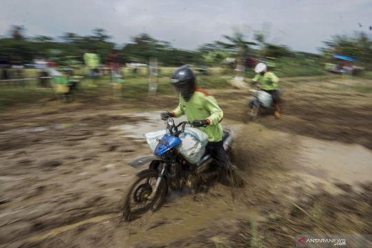 Tradisi balap motor gabah di sawah