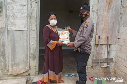 Polres Bangka Barat salurkan beras ke warga terdampak COVID-19