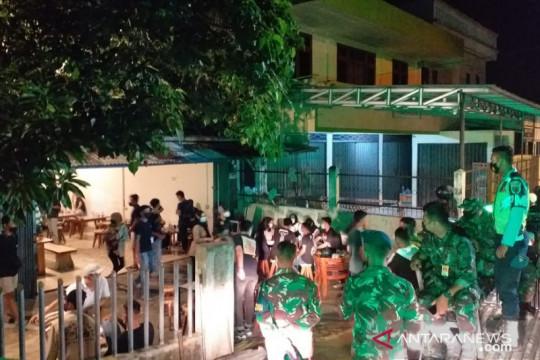Tim Yustisi Belitung bubarkan kerumunan pengunjung kedai kopi