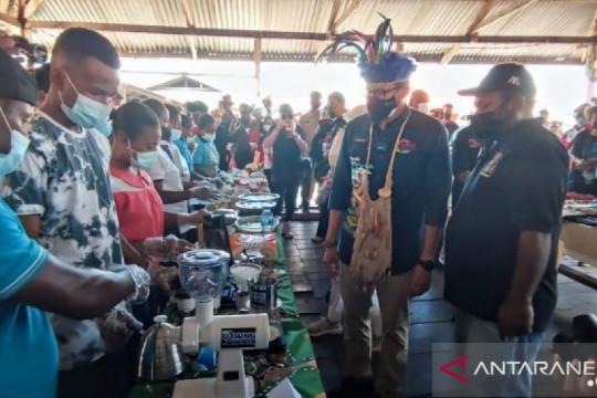 Menteri Sandiaga kunjungi Kampung Yoboi yang masuk daftar ADWI