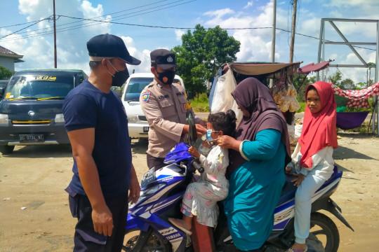 Polisi giatkan sosialisasi 5M dan bagikan masker ke pengunjung Pasar Parittiga