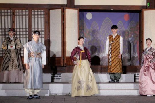 Minister Makarim lauds fashion show portraying fusion of batik, hanbok