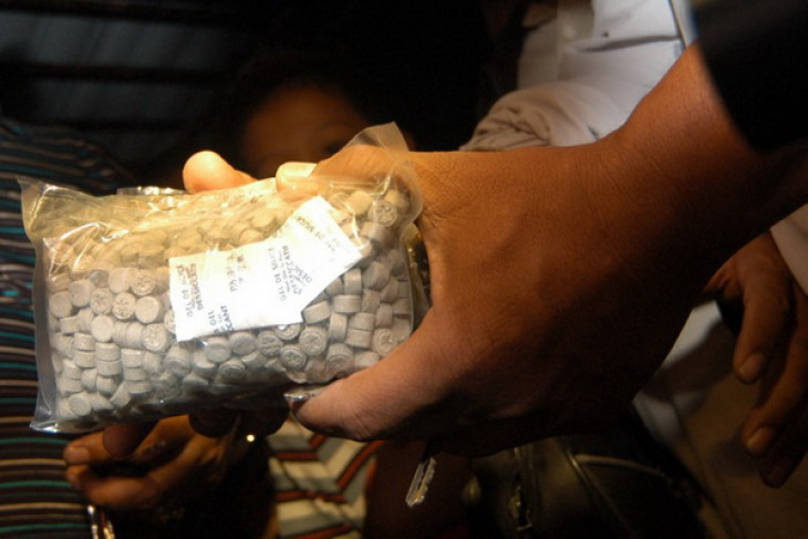 Foreigner detained for smuggling crystal meth