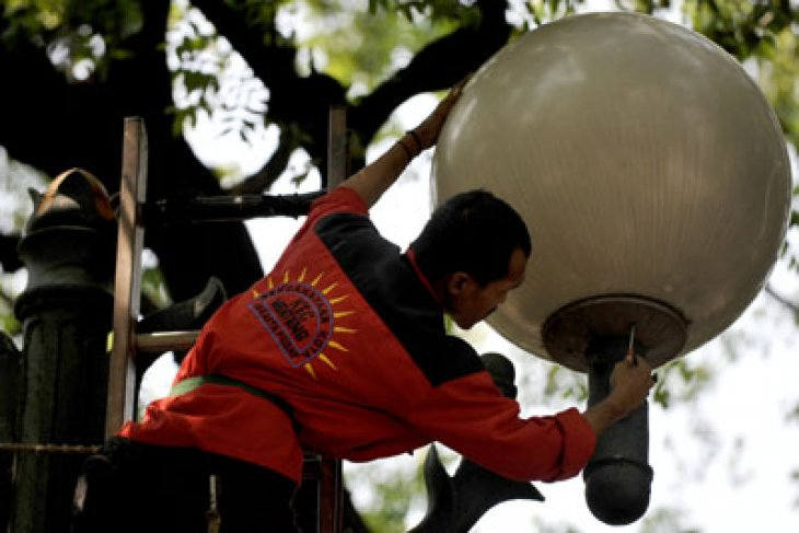 Jakarta's street lamps dimmed during PSBB