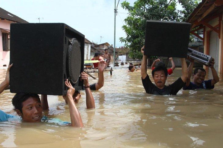 Bengawan Solo flood in Bojonegoro receding