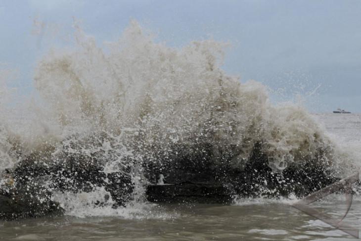 Belasan rumah di pesisir Tambaklorok Semarang rusak diterjang ombak laut