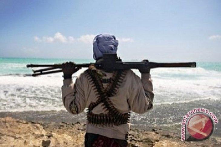 Somali pirates use captive crew to attack vessels - hostage