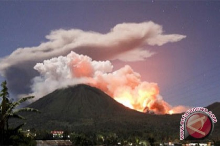 Mt Lokon spewing volcanic ashes anew