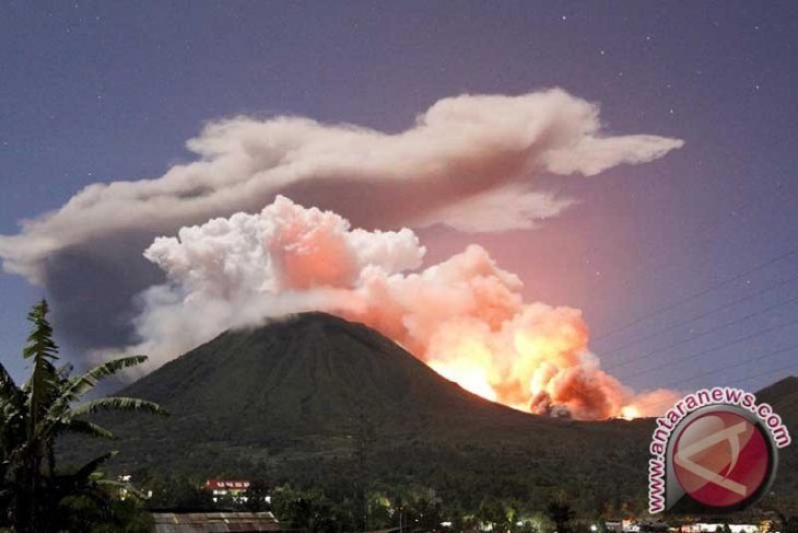 Mt Lokon has small eruptions