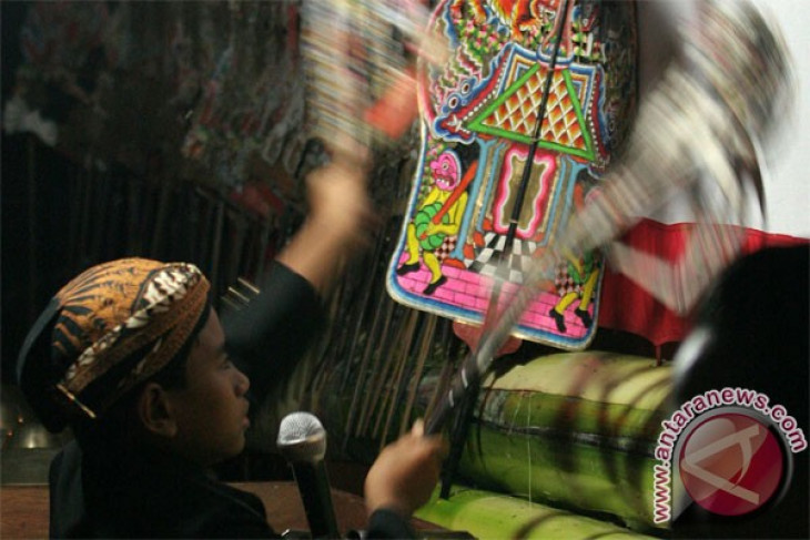 Women of various nations admire Indonesia`s culture