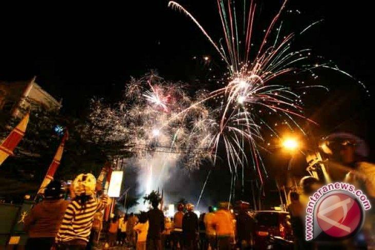 Pesta kembang api warnai malam takbiran di Medan