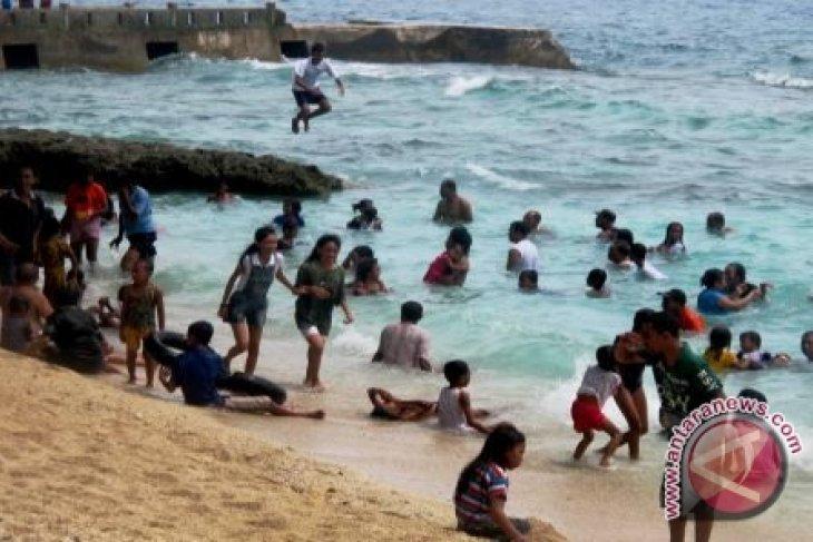 Objek Wisata Pantai Di Ambon Ramai Pengunjung Antara News Ambon Maluku