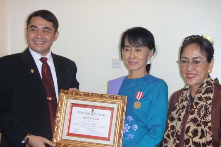 The Sukarno Center Anugerahi Suu Kyi