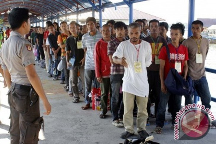 Malaysia deports 736 Indonesian migrant workers