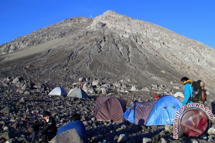Mount Merapi survivors from 2010 perform prayers at disaster site