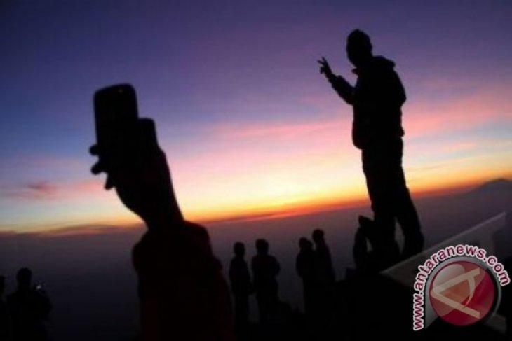 Matahari Terbit di Gunung Merapi