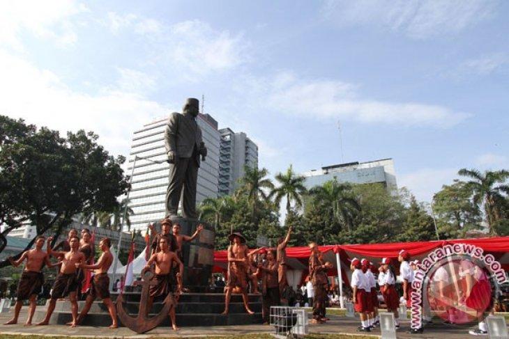 Patung MH Husni Thamrin salah satu spot foto warga rayakan HUT Jakarta di Monas