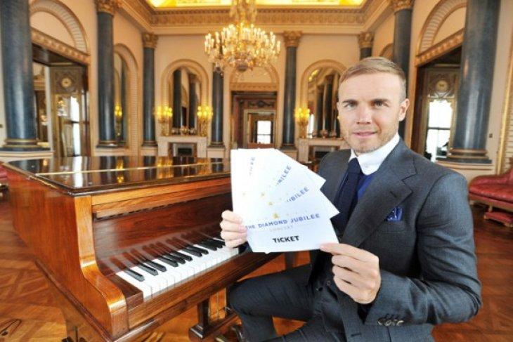 Gary Barlow rides jubilee wave to top UK album charts