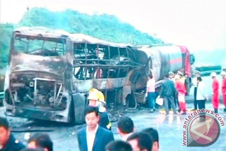 Bus dan kereta bertabrakan, 20 orang tewas
