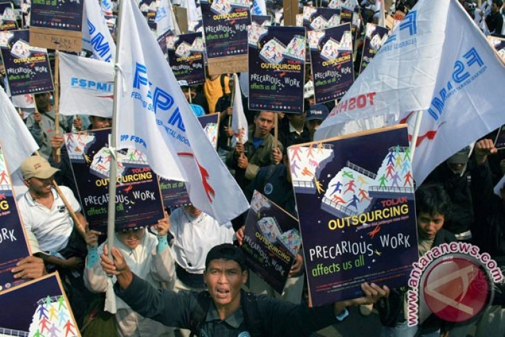Workers demand revocation of outsourcing system