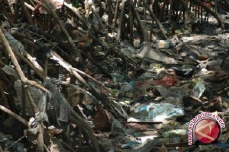 Dozens of Bali children learn art of processing waste