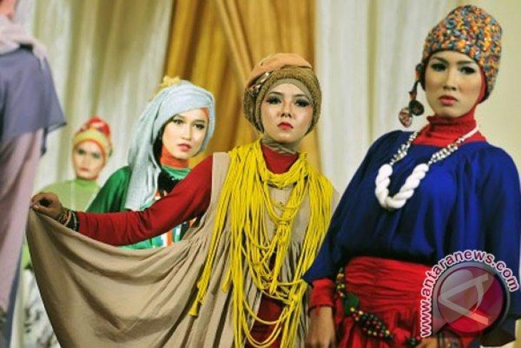 Trendy head scarfs mushrooming among Indonesian women