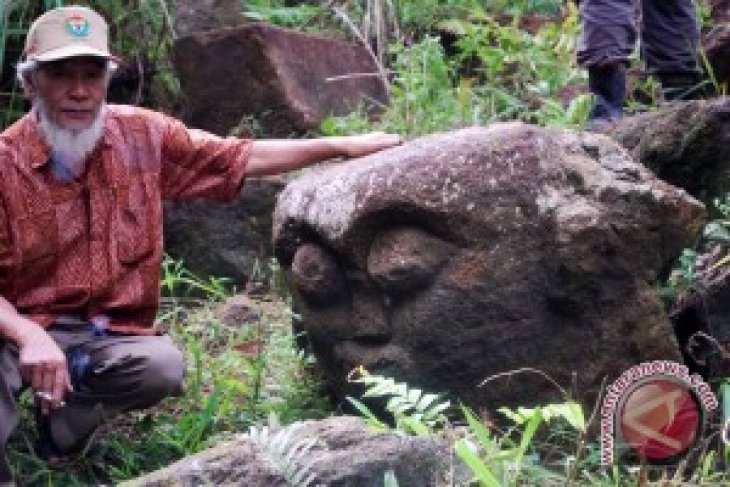 Pagaralam citizens find three ancient human statues