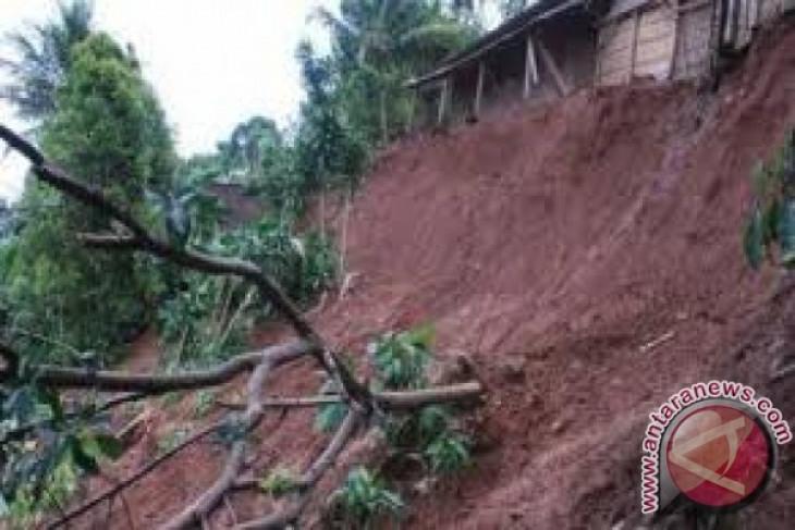 Family buried in Buleleng landslide