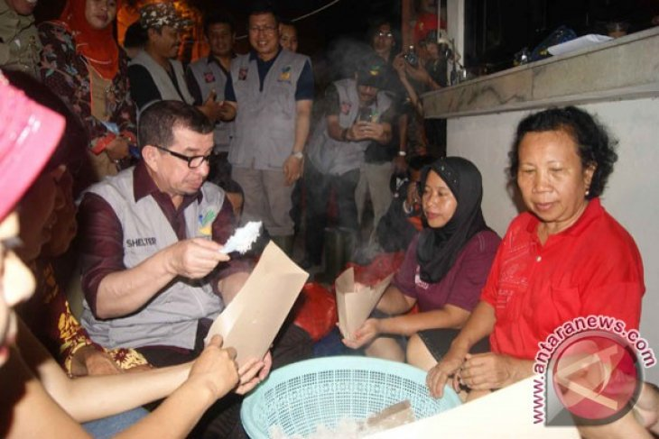 Minister provides Rp5 mln to dead volunteer`s family