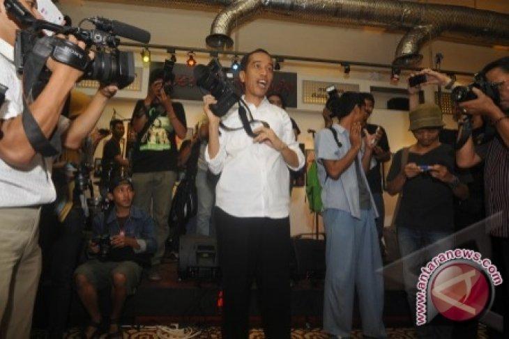 Jokowi Kunjungi Pameran Foto Jurnalistik 'Kilas Balik 2012'