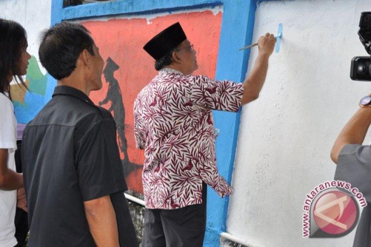 Seniman lukis ramaikan mural Bengkulu
