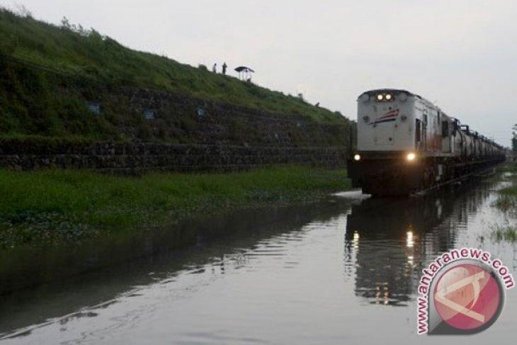 Banjir batalkan sejumlah perjalanan KA