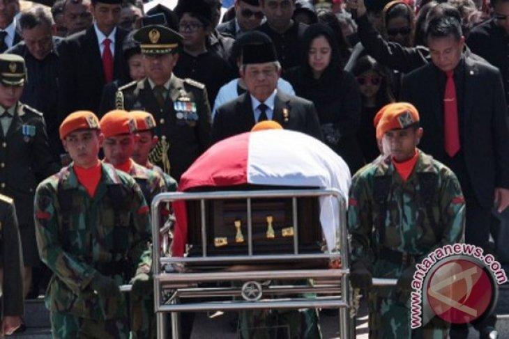 President Yudhoyono leads Taufiq`s funeral ceremony