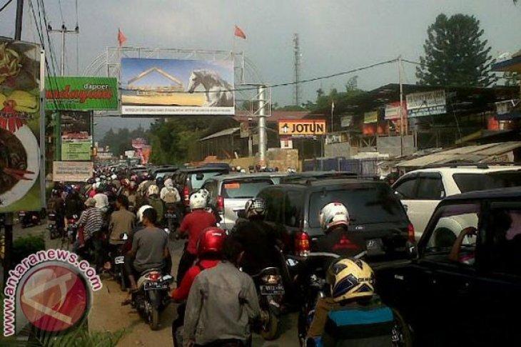 Arus lalu lintas Puncak cukup padat