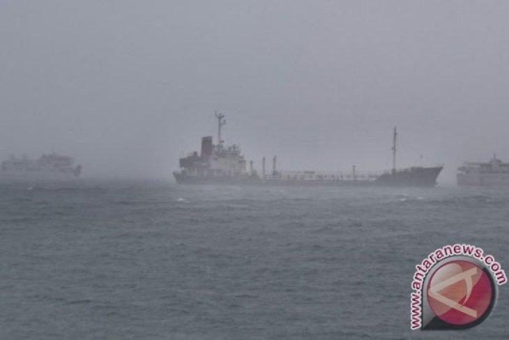 Stasiun meteorologi peringatkan gelombang tinggi bayangi sejumlah perairan di Maluku