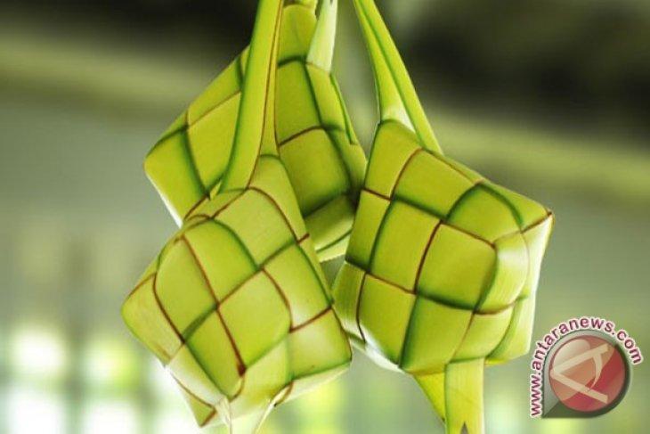 Pedagang bungkus ketupat marak jelang Lebaran