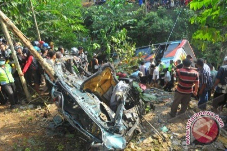 Bus pariwisata masuk jurang 15 orang meninggal