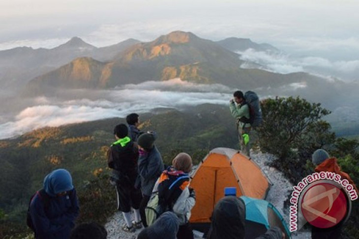 Climbers trapped on Mount Lawu amid threats of forest fire