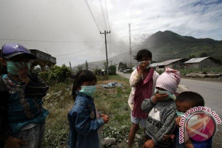 Bulog distributes 3 tons rice to Mount Sinabung refugees