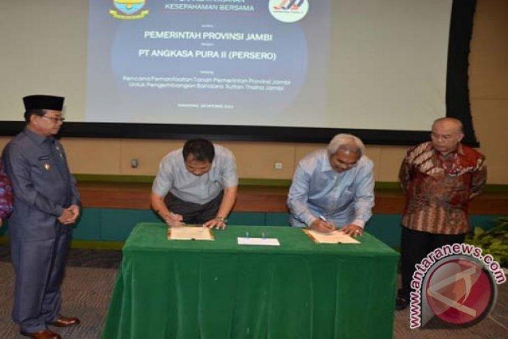 Penandatangan MoU Pemprov Jambi-Angkasa Pura II
