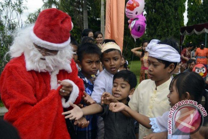 Sinterklas Bagi Hadiah