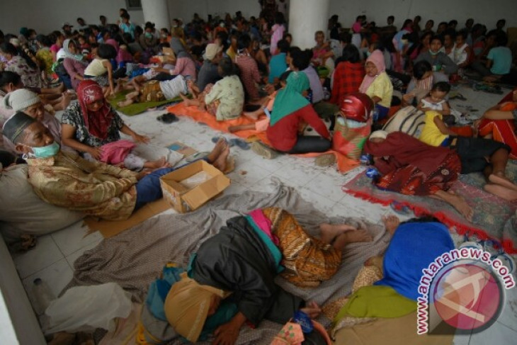 Some Kelud refugees choose to stay in shelter