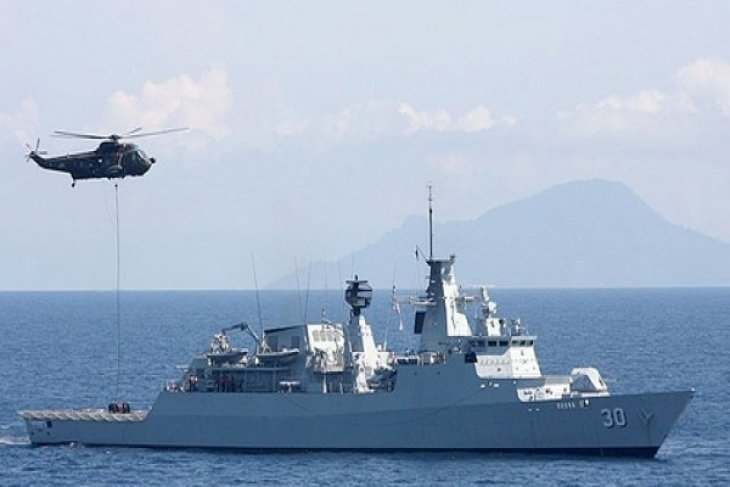 Malaysian warship arrives in Australian naval base for briefing in MH370 search