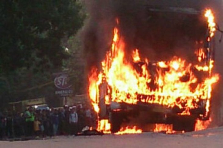Bus pariwisata terbakar di jalur Puncak