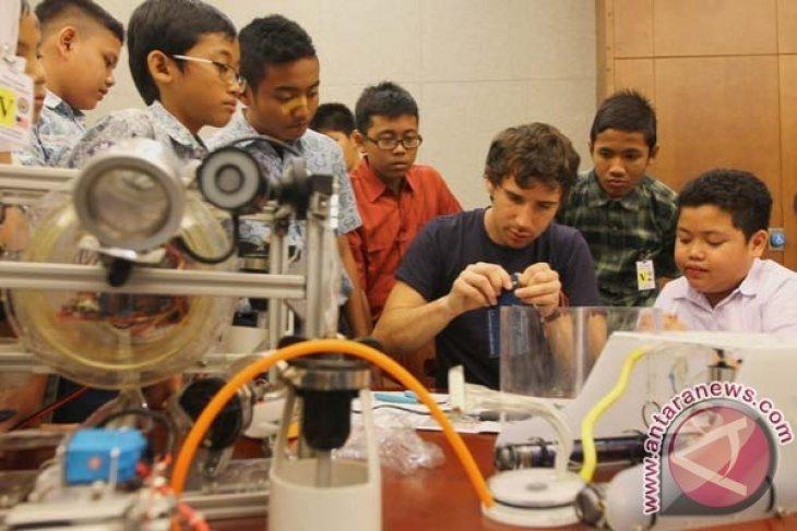 Pelajar Diajarkan Merakit Robot Oleh Mantan Teknisi NASA