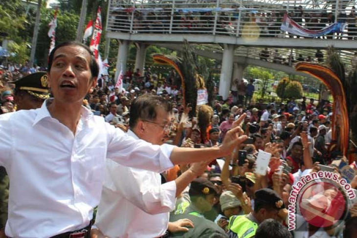 Thousands flock to Jakarta`s main streets to see President Jokowi