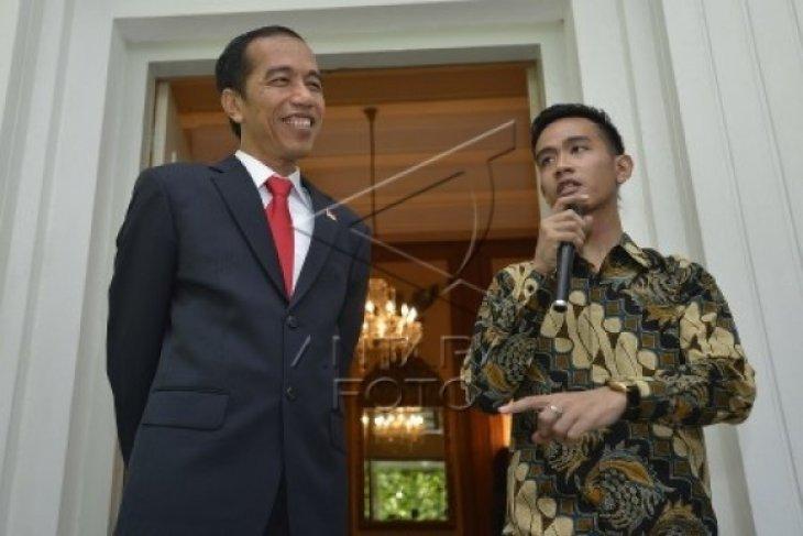 Jokowi Sarapan Pisang Goreng dan Minum Jamu
