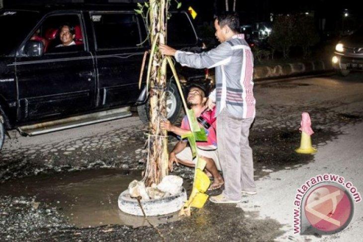 Warga Penajam tandai jalan berlubang dengan pohon